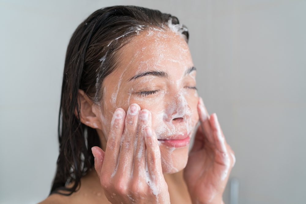 healthy beauty tips_woman who exfoliates