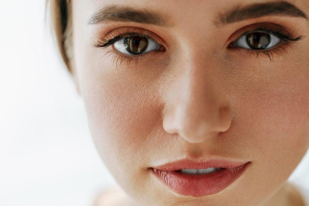 mulher com sobrancelhas cheias
