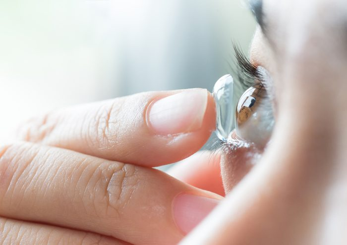 women hurt their health_putting on contacts