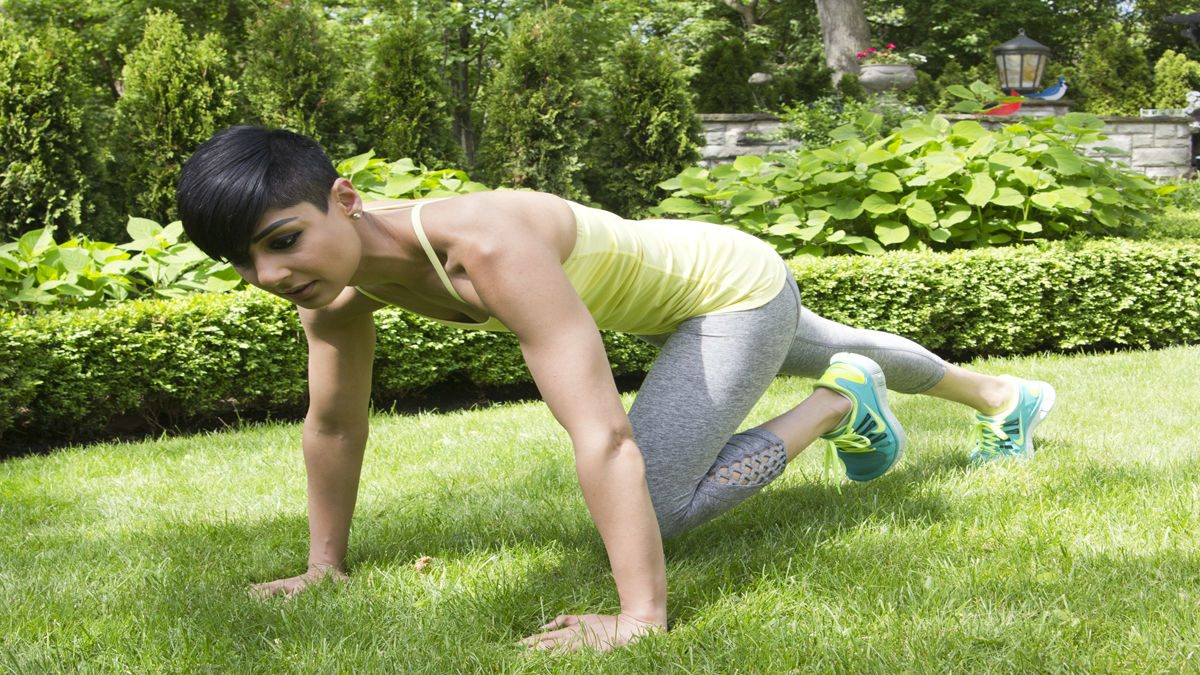 summer backyard workout mountain climbers