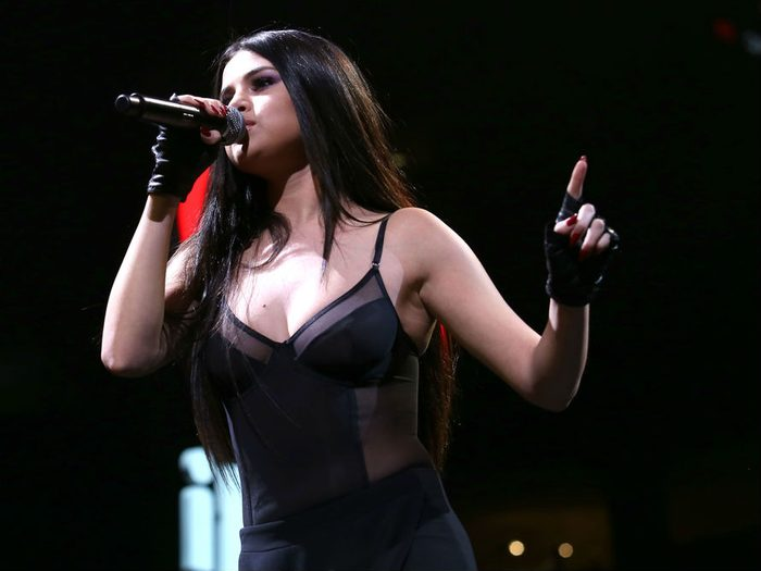Selena Gomez lupus, Selena performing on stage