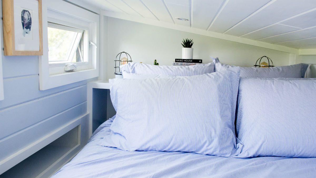 Dans la chambre d'une mini-maison, pas de place pour une télévision, ce qui favorise un meilleur sommeil.