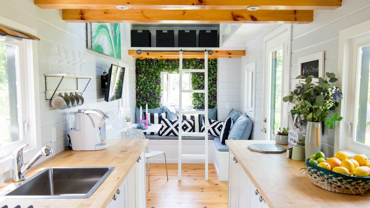 Cette mini-maison offre une atmosphère relaxante et confortable.