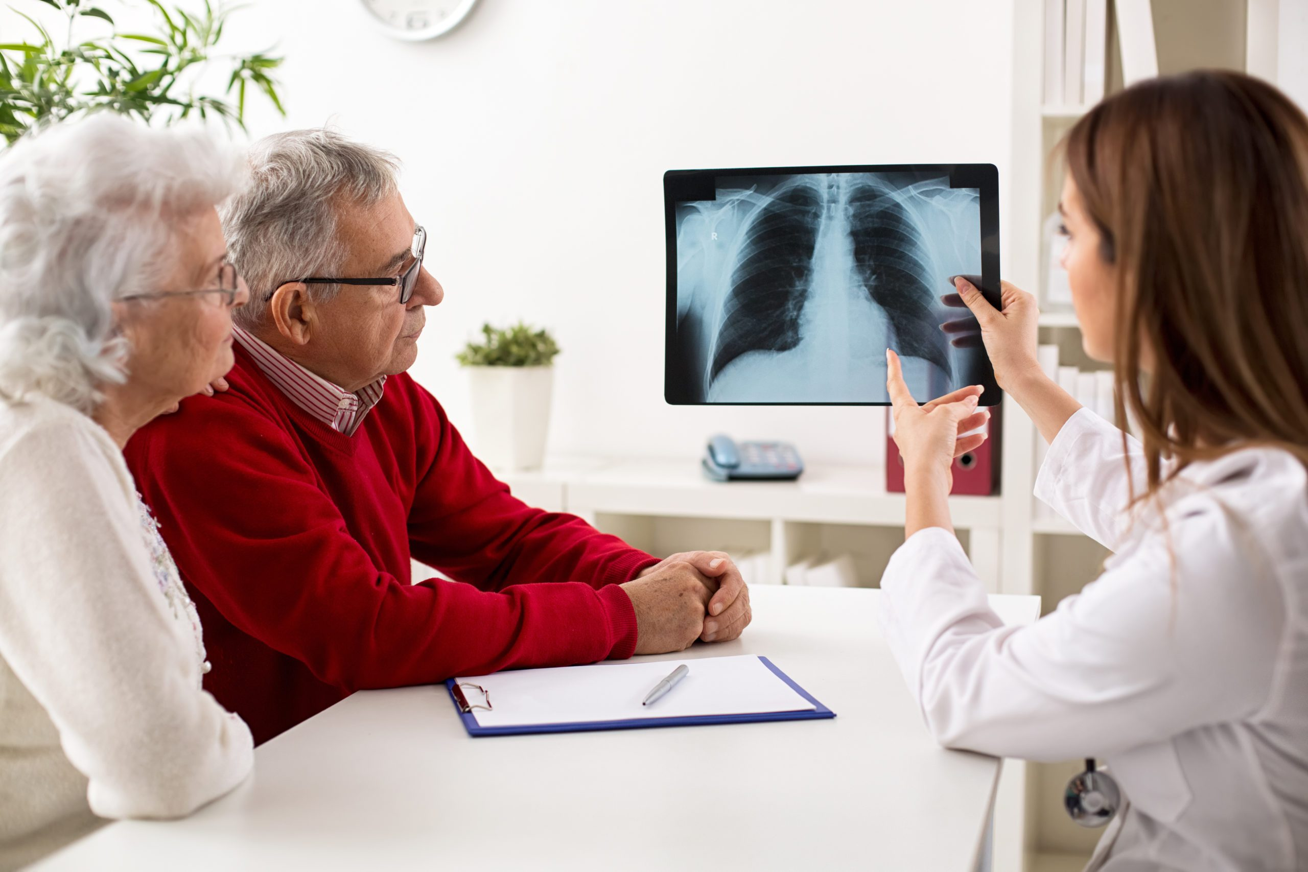 Doctor,shows,results,to,old,patient,x Ray,of,the,lungs,