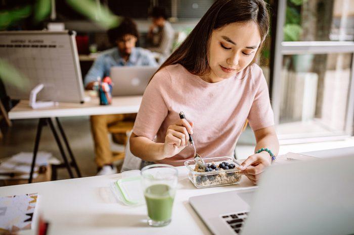 Gluten-free Diet | Celiac Disease | Gluten sensitivity | Gluten Intolerance | Young woman eating lunch at work