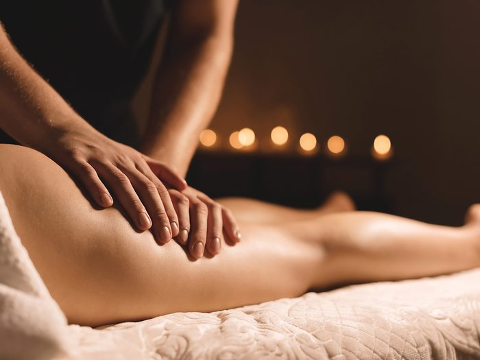 A,masseur,in,a,dark,room,does,a,hip,massage