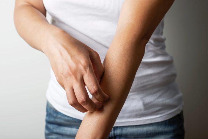 Scratching-hives-vs-rash