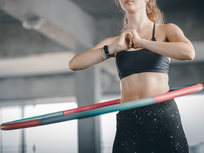 Weighted hula hoop canada_Young woman using a weighted hula hoop